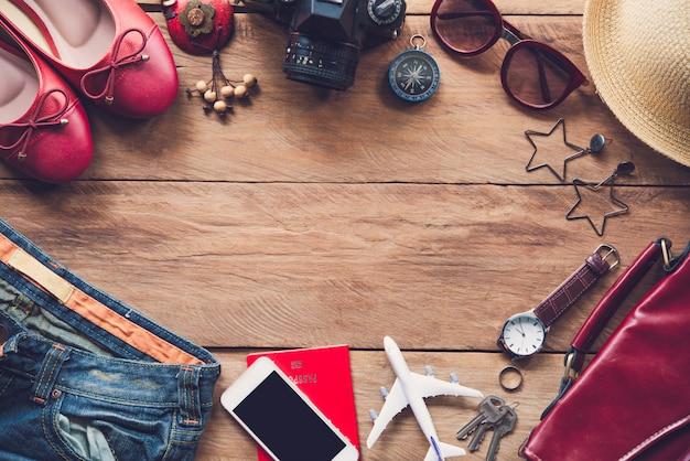 Reiseaccessoires und bedürfnisse auf holzboden