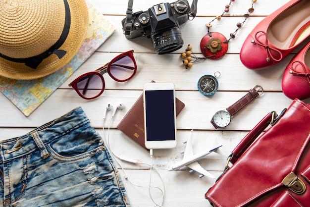 Reiseaccessoires und kostüm auf holzboden