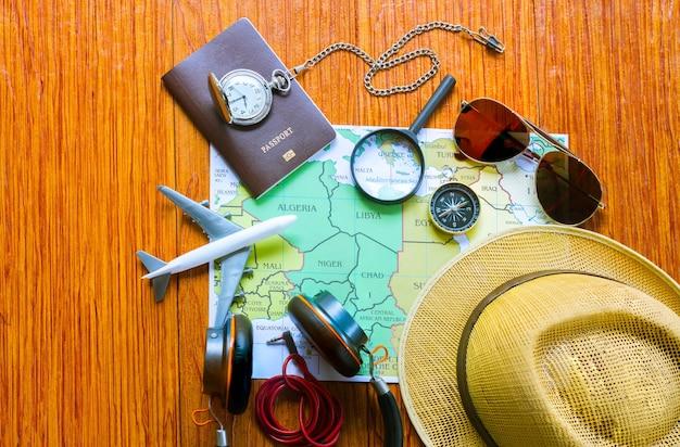 Reiseausrüstung auf einem blauen hintergrund