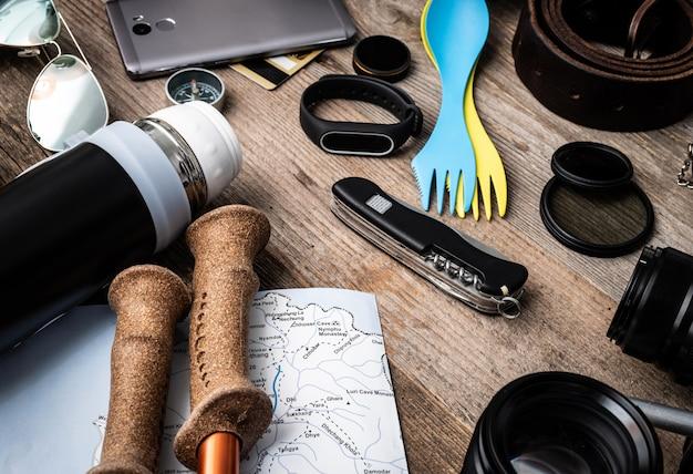 Reiseausrüstung holzhintergrund