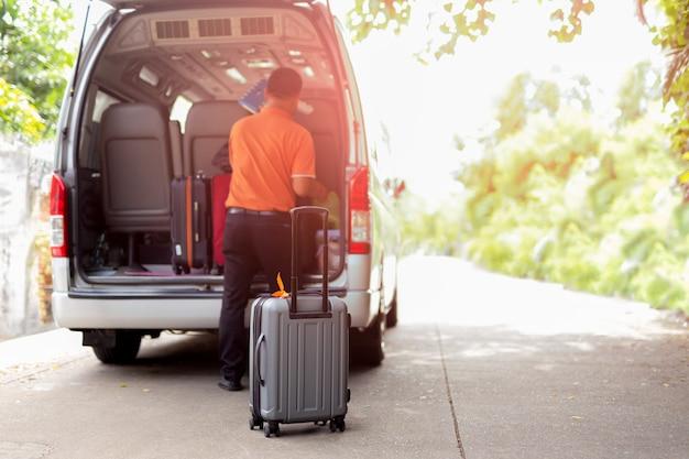 Reisebus mit dem gepäck, das für feiertage am sonnigen tag im sommer verlässt.