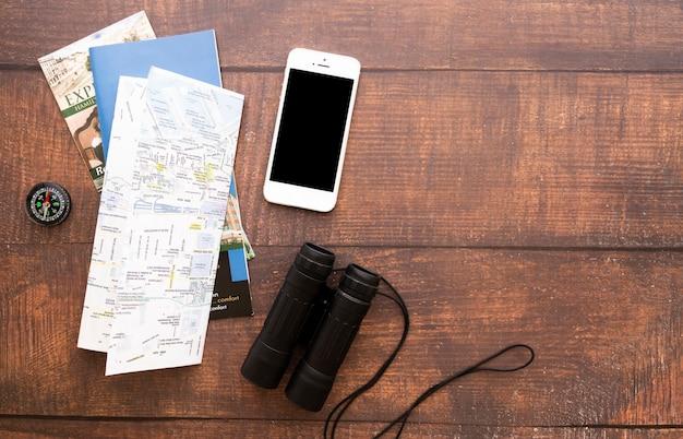 Reiseelemente mit hölzernem hintergrund