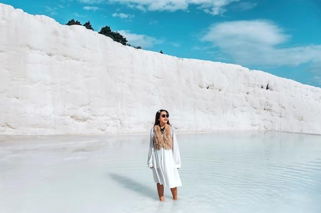 Reisefrau, die pamukkale-tranvanter pools bei altem hierapolis, denizli genießt