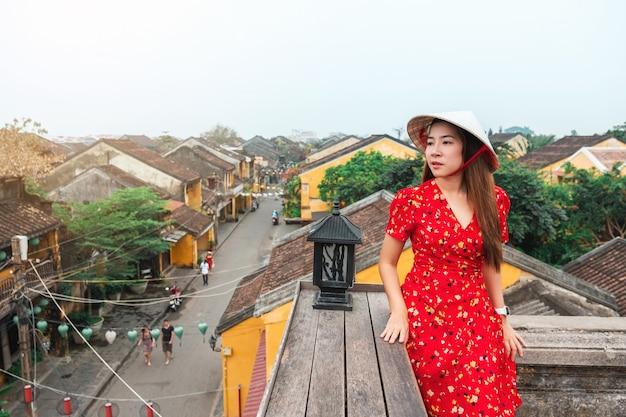 Reisefrau in den straßen von hoi an, vietnam