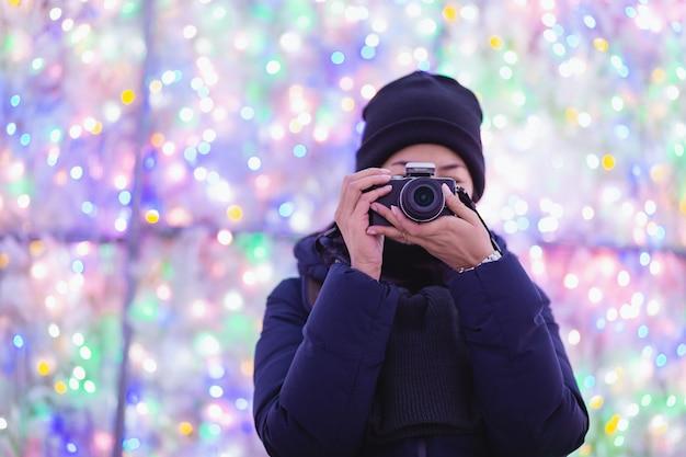 Reisefrau in der wintersaison, die ein foto tut