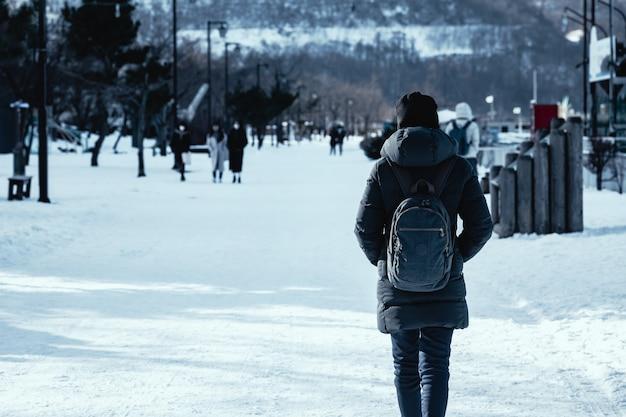 Reisefrau in der wintersaison