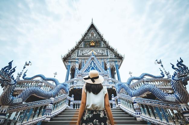 Reisefrau und thailändischer tempel