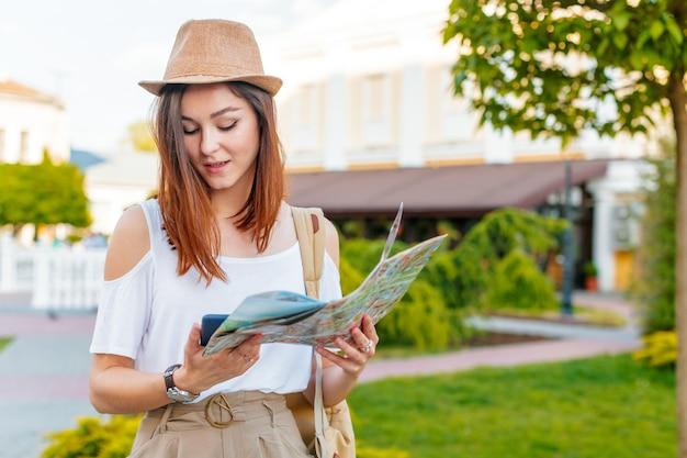 Reiseführer, tourismus in europa, frauentourist mit karte auf der straße