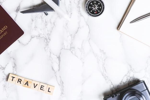Reisegegenstände mit reisetext auf marmor-copyspace
