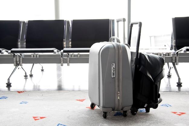 Reisegepäck im flughafenterminal