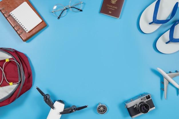 Reisegeräte und zubehör auf blauem kopienraum in der mitte