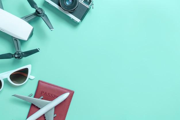 Reisegeräteebenenlage auf blauem knickentenhintergrund für reisekonzept