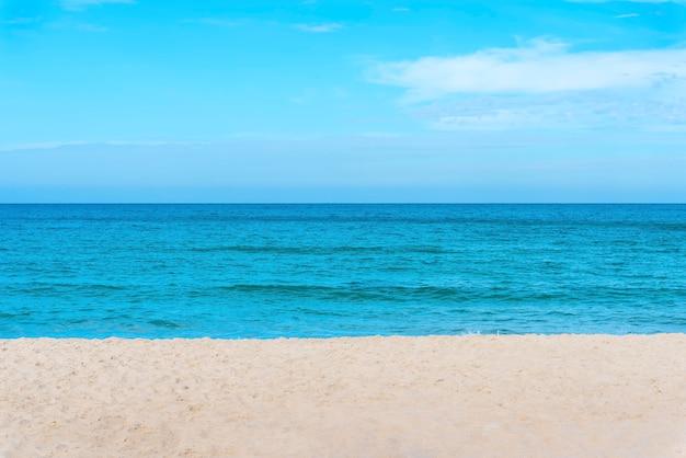 Reisehintergrundkonzept. landschaft von blauem meer mit strand und blauem himmel.