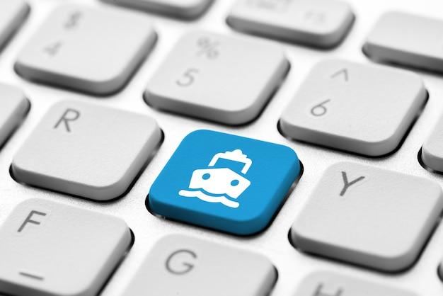Reiseikone auf computertastatur für on-line-anmeldungskonzept