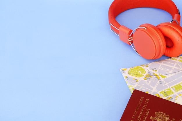 Reisekarte mit polnischem pass und gelesenem kopfhörer