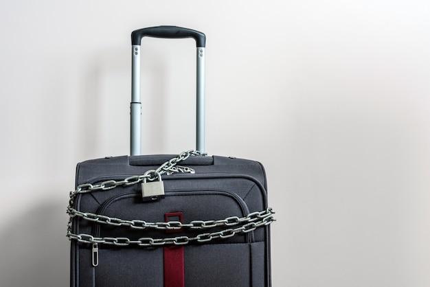 Reisekoffer angekettet und verschlossen