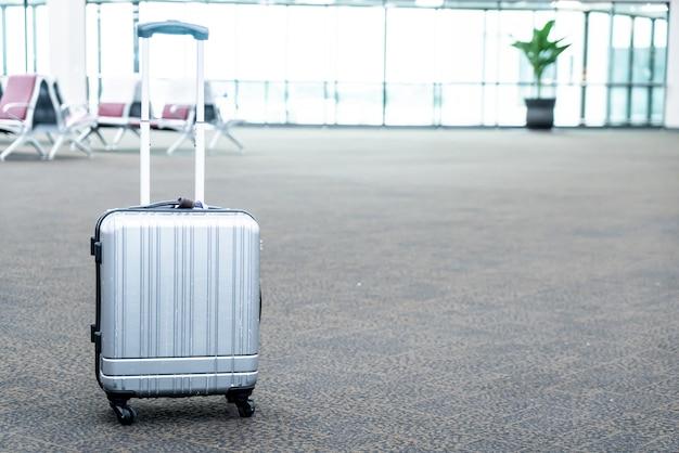 Reisekoffer im flughafenterminal