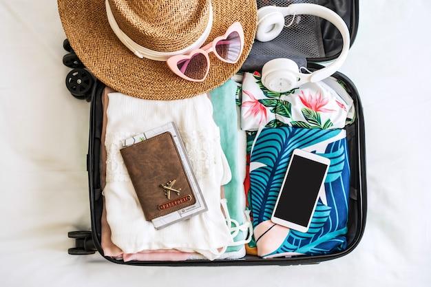 Reisekoffer und reisegepäck mit smartphone reisefertig