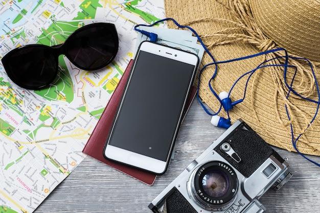 Reisekonzept auf holztisch. Premium Fotos