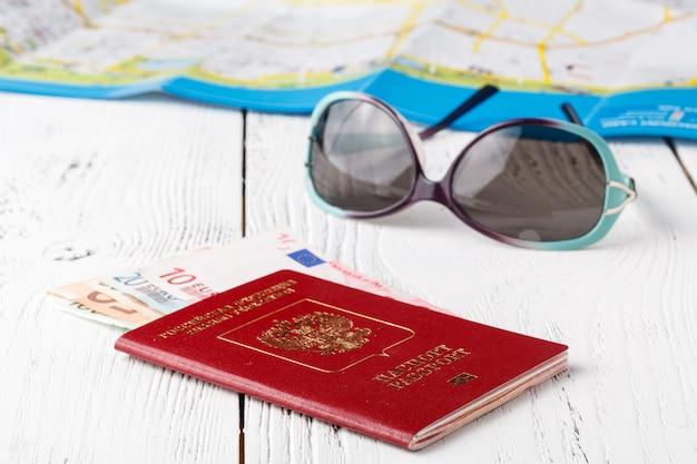 Reisekonzept auf karte. reiseplanung. draufsicht auf das zubehör und den kopierraum des reisenden