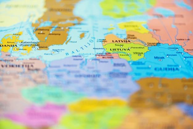 Reisekonzept draufsicht, raum kopieren. land und reiseziel auf der karte fixiert.