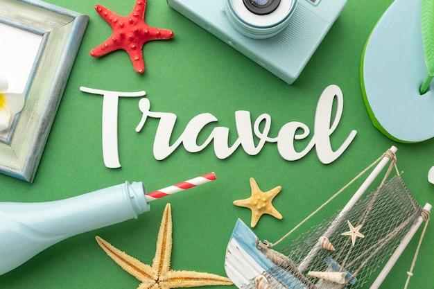 Reisekonzept mit artikeln auf grünem hintergrund