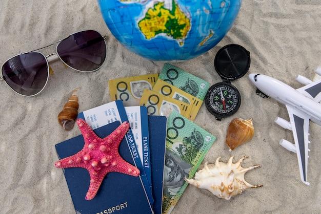 Reisekonzept mit australischem dollar, reisepass und globus