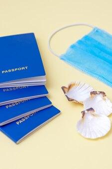 Reisekonzept mit reisepass und maske.