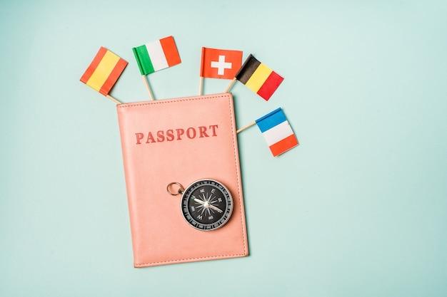 Reisekonzept pass, aus dem die flaggen verschiedener europäischer länder herausragen
