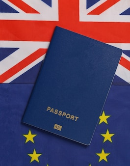 Reisekonzept. reisepass vor dem hintergrund der flagge der briten und der eurounion