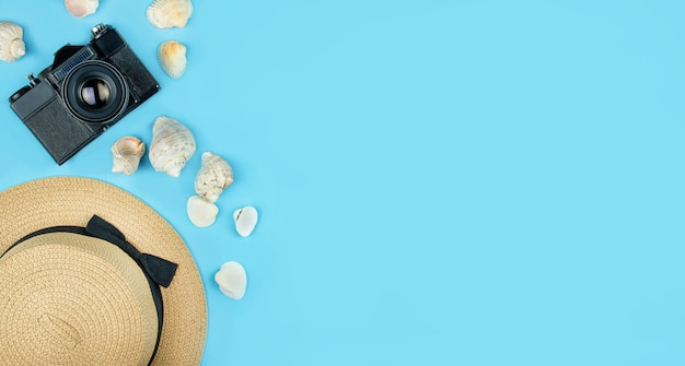 Reisekonzept. sommerferien, flach liegen. strandzubehör auf einem blauen tisch. urlaub. speicherplatz kopieren