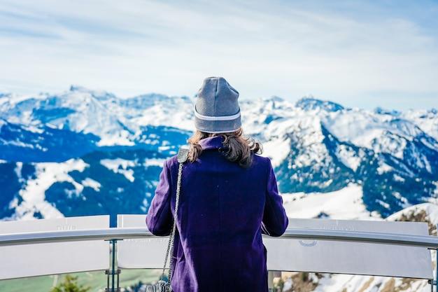 Reisen genießen. junge frau, die die ansicht vom berg heraus schauend reist. stanserhorn in der schweiz