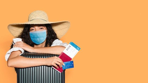 Reisen mit maske während des coronavirus, sommerferien
