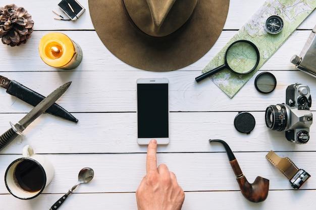 Reisen mobile anwendung flach lag mit leerem smartphone-bildschirm