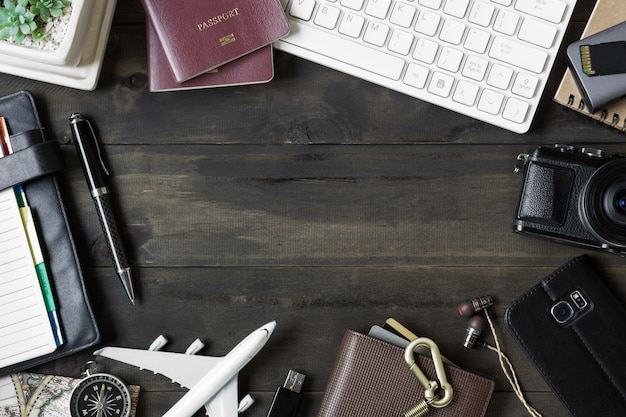 Reisen, planungsreisekonzept. zubehör auf holz hintergrund.