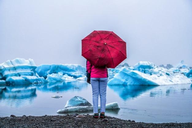 Reisen sie in der jokulsarlon-gletscherlagune in island