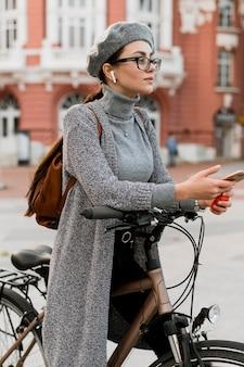 Reisen sie mit dem fahrrad durch die stadt und machen sie eine pause