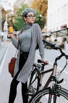 Reisen sie mit dem fahrrad durch die stadt und trinken sie kaffee