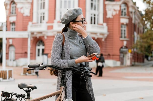 Reisen sie mit dem fahrrad in die stadt