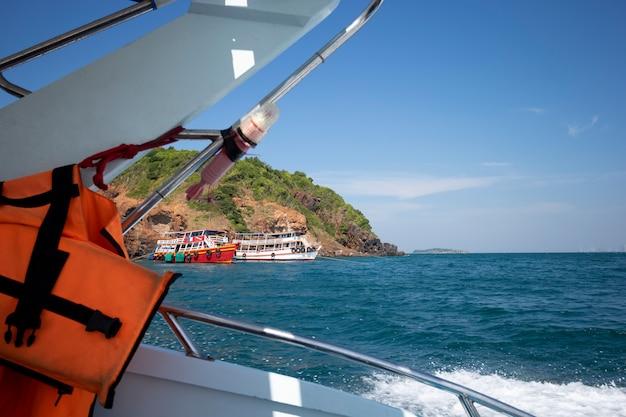Reisen sie mit dem schnellboot zur insel