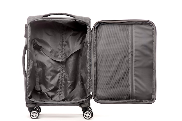 Reisen sie offenen grauen koffer lokalisiert auf weißem hintergrund.