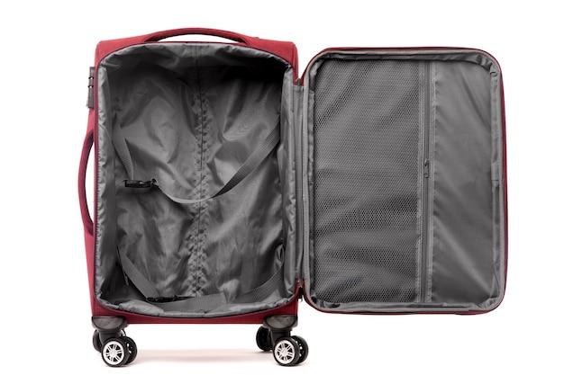 Reisen sie offenen roten koffer lokalisiert auf weißem hintergrund.
