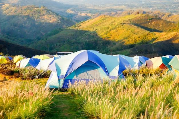 Reisen. tourismus. touristisches zelt, das in den bergen kampiert