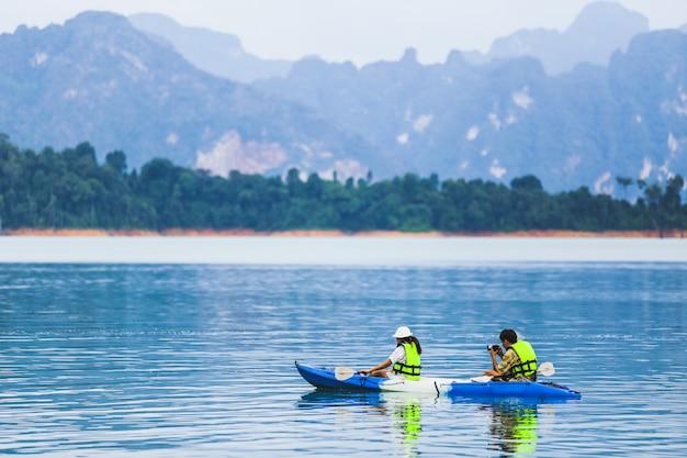 Reisen und flitterwochen kajakfahren und kanufahren mit liebhaber. blick berg
