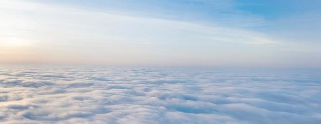 Reisen und freizeit, konzept, hoch über den wolken fliegende drohne, spirituelle atmosphäre.