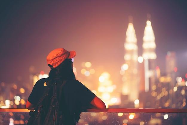 Reisen und technik. junge frau, die foto macht