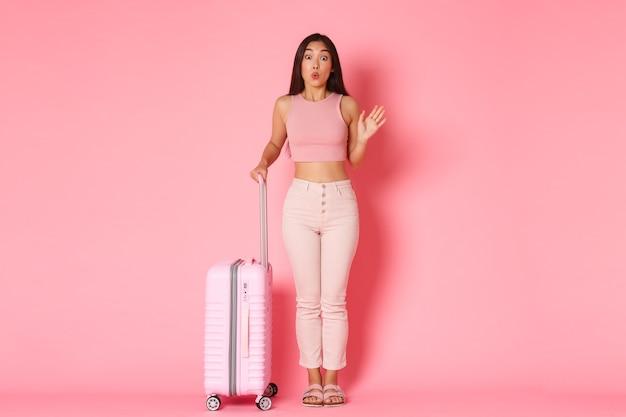 Reisen, urlaub und urlaubskonzept. dummes und niedliches asiatisches mädchen in der sommerkleidung, die freundinnen im flughafen trifft