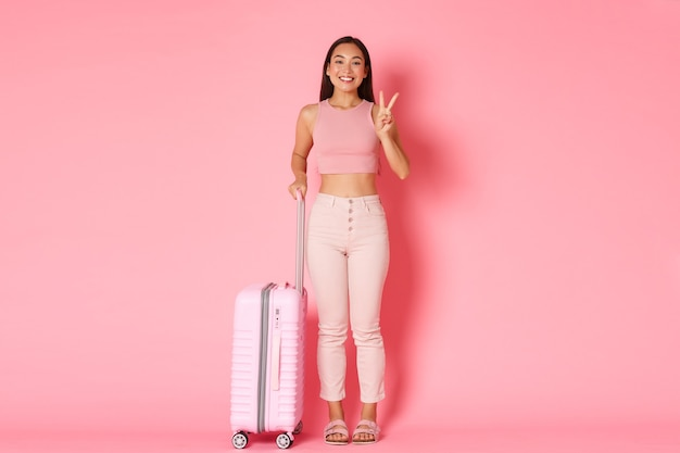 Reisen, urlaub und urlaubskonzept. nettes asiatisches mädchen bereit, neue länder zu erkunden