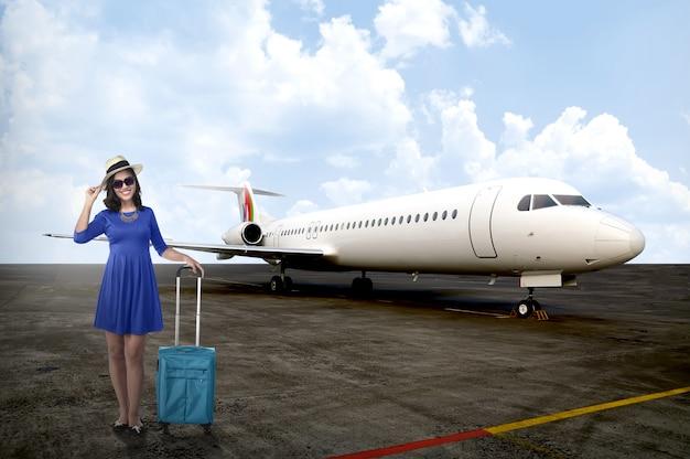 Reisend-frau, die in privatjet geht