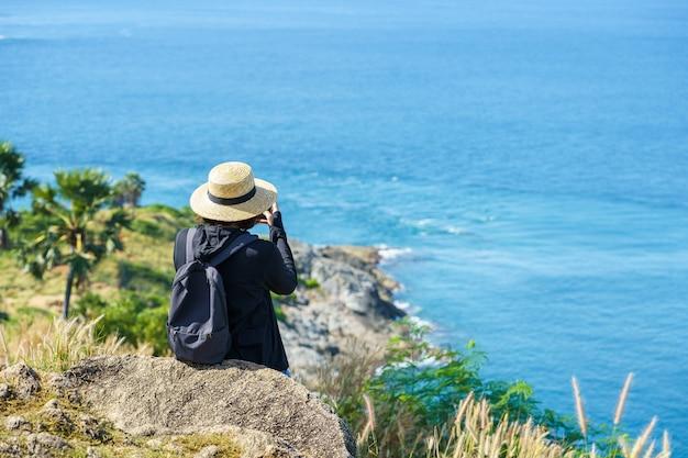 Reisende am phromthep kap aussichtspunkt im süden von phuket island, thailand.